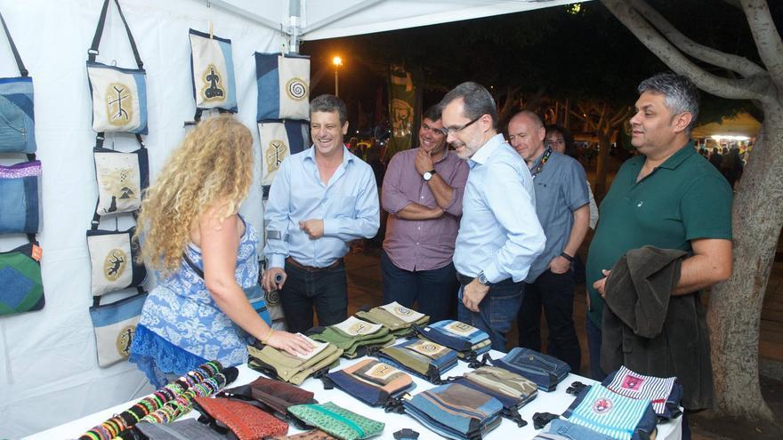 El alcalde de Tuineje, Salvador Delgado; el presidente del Cabildo de Fuerteventura, Marcial Morales; y el consejero de Cultura del Cabildo, Juan Jiménez, en un puesto de WOMAD Fuerteventura