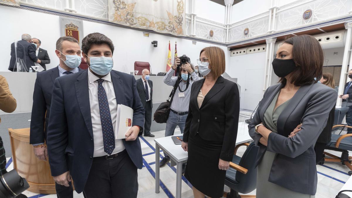 De izquierda a derecha: el presidente de la Región de Murcia, Fernadno López Miras, la vicepresidenta Isabel Franco y la consejera Valle Miguélez -ambas tránsfugas de Ciudadanos-