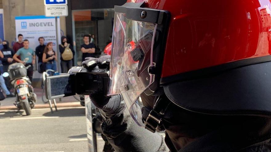 Un agente de la Ertzaintza graba las movilizaciones en Vitoria