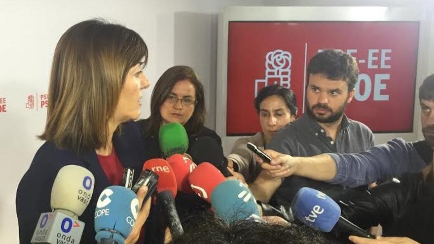 Mendia atiende a los periodistas tras el encuentro con  Podemos.