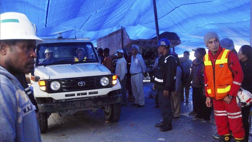 Ascienden a 14 los muertos por el derrumbe en una mina del este de Indonesia