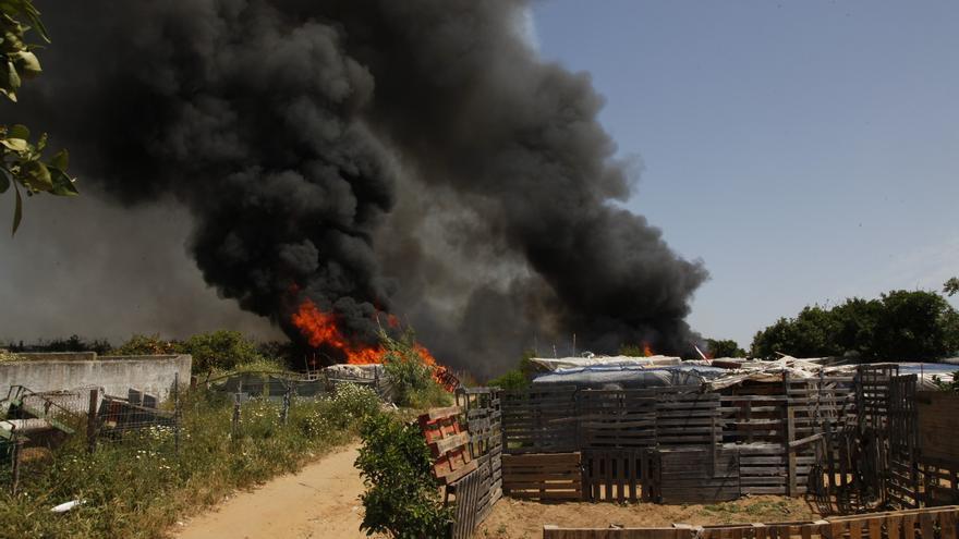 El intenso humo negro avisa en Lepe de que el asentamiento está en llamas.