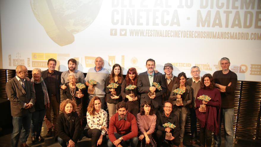 Los galardonados con los premios del Festival de Cine y Derechos Humanos de Madrid en la ceremonia de clausura, entre ellos, Gabriela Sánchez, coordinadora de Desalambre.