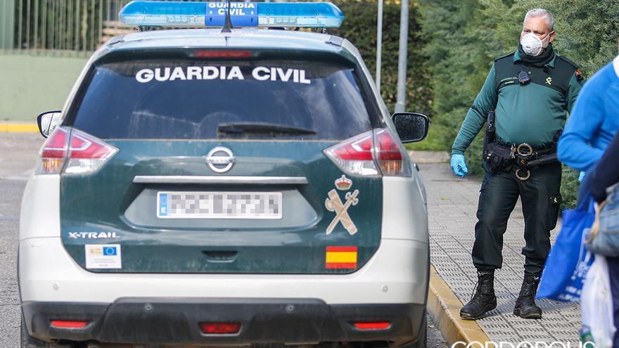 Un agente de la Guardia Civil con mascarilla | MADERO CUBERO
