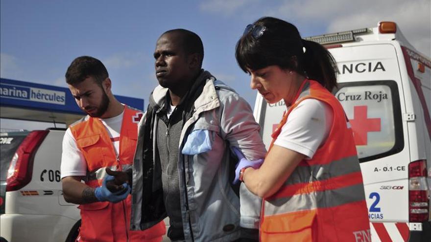 17 inmigrantes alcanzan la costa de Ceuta tras desembarcar en una patera