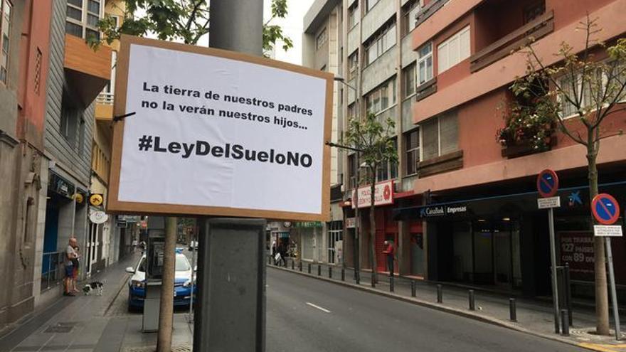 Cartel contra la Ley del Suelo en la calle León y Castillo.