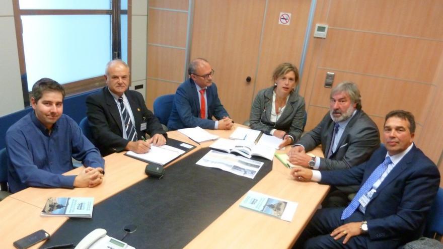 Reunión entre los representantes de Ayuntamientos de Cantabria y Burgos con la CHE.
