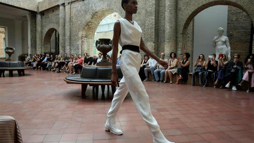Davidowicz hace volar el rojo y el negro en la Semana de la Moda de Sao Paulo