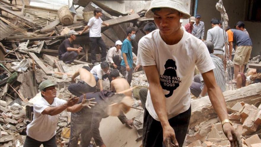 Al menos dos muertos al hundirse el techo de una fábrica en Camboya