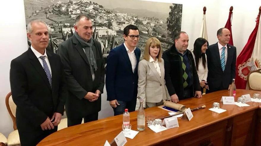 La nueva alcadesa de Firgas junto a los concejales del pacto y al vicepresidente del Gobierno de Canarias, Pablo Rodríguez.