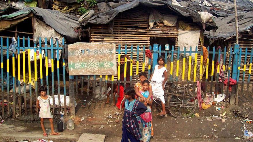 Familia viviendo entre la miseria en Calcuta.
