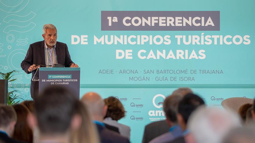 Intervención de José Miguel Rodríguez Fraga, presidente de la AMTC y alcalde de Adeje, en el sur de Tenerife
