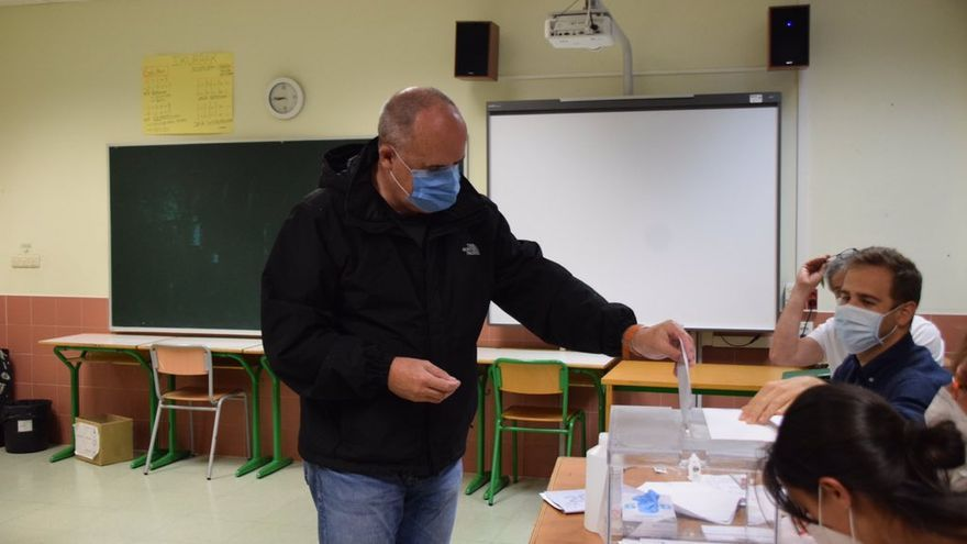Joseba Egibar vota en su colegio electoral