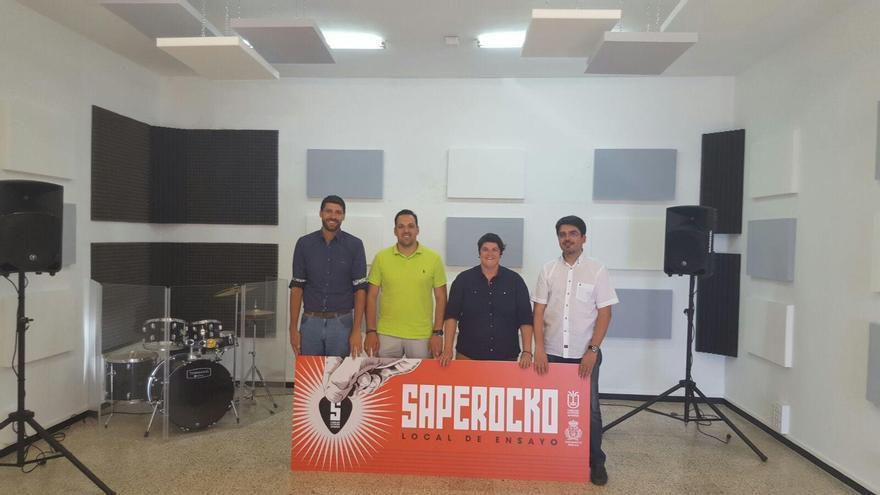 De izquierda a derecha, Daniel Rodríguez Camacho, concejal de juventud de Breña Alta;  Jonathan Felipe, alcalde de Breña Alta;  y Ascensión Rodríguez, consejera de Juventud y Deportes del Cabildo de La Palma.