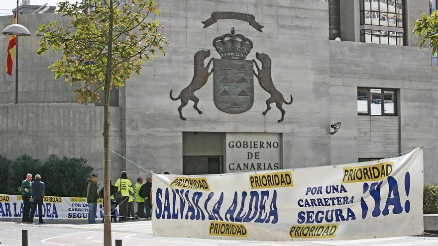 Representantes del Foro Roque Aldeano a las puertas de la sede de la Presidencia del Gobierno de Canarias en Las Palmas de Gran Canaria. (ALEJANDRO RAMOS)