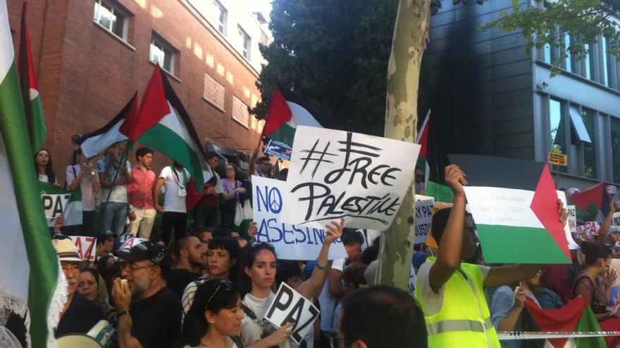 Manifestantes piden la liberación de Palestina ante la embajada de Israel en Madrid