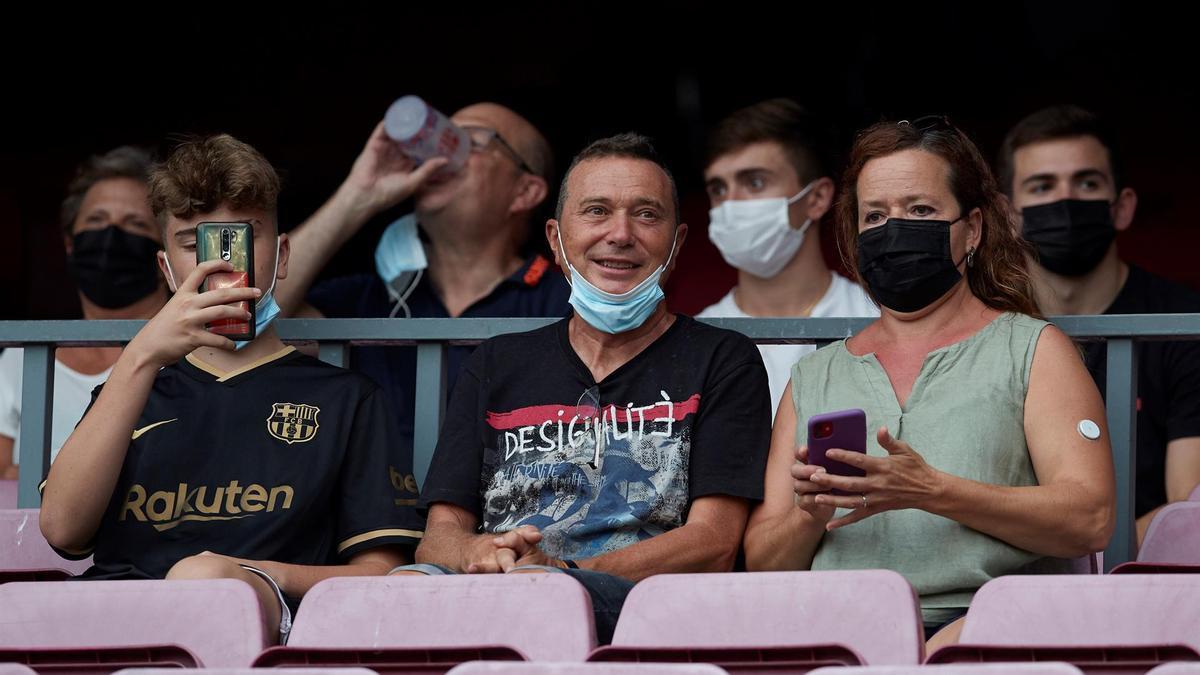 Primeros aficionados del FC Barcelona ocupan sus localidades en el Camp Nou guardando las restricciones por la pandemia del COVID-19, antes del partido de la primera jornada de LaLiga que juegan hoy domingo el FC Barcelona y la Real Sociedad.