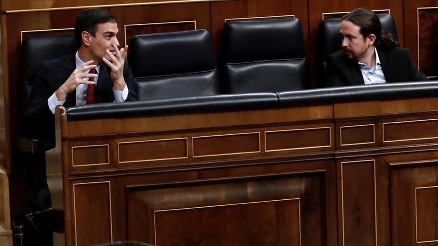 Pedro Sánchez y Pablo Iglesias conversan en el Congreso durante un Pleno para debatir la prórroga del estado de alarma.
