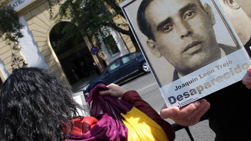 Republicanos sostienen un retrato del bisabuelo de Paco León frente al Teatro de la Maestranza.