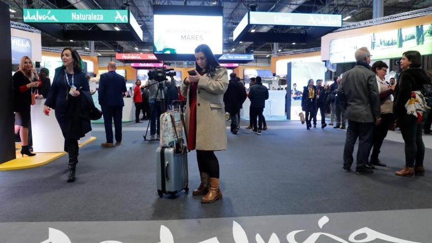 Varias personas disfrutan del stand de Andalucía durante la Feria Internacional de Turismo Fitur 2020 celebrado en Ifema, Madrid este miércoles.