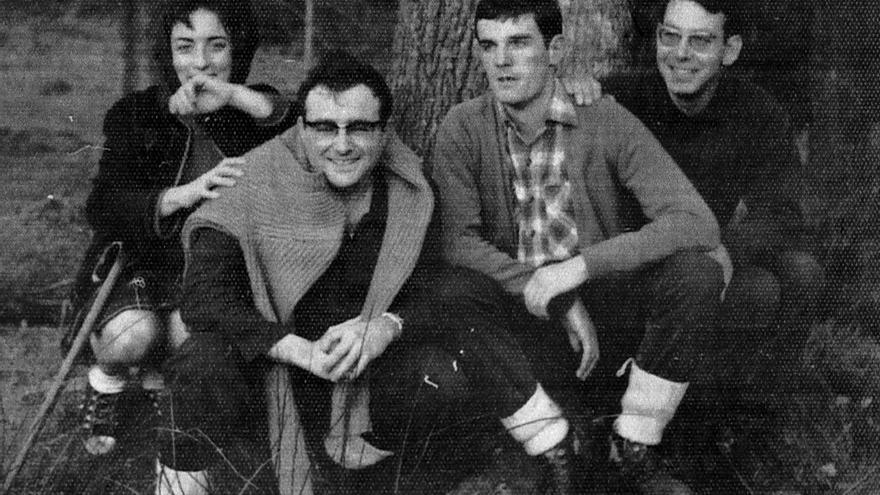 Andoni Arrizabalaga, con unos amigos en el monte./ Cedida por Jon Arrizabalaga.