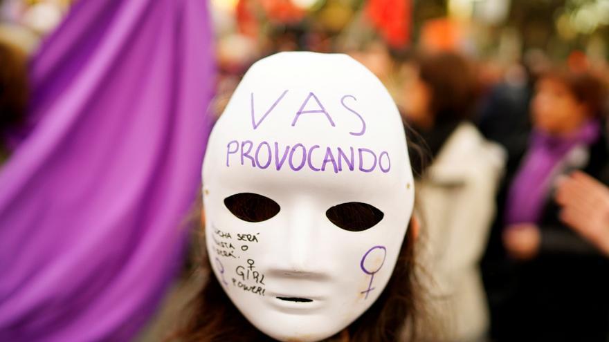 Una mujer con una máscara en una marcha del 8M de 2019 en Madrid