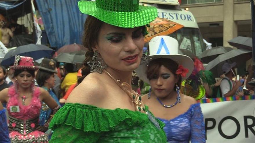Cientos de personas marchan contra homofobia bajo la lluvia en Buenos Aires