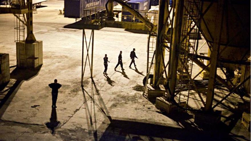 La Guardia Civil y la Policía Local están allí para impedírselo. La tensión se palpa cuando los chicos saltan al muelle. Miradas perdidas, carreras, nervios, persecuciones policiales, táctica y estrategia, adrenalina y coraje. FOTO: Robert Bonet