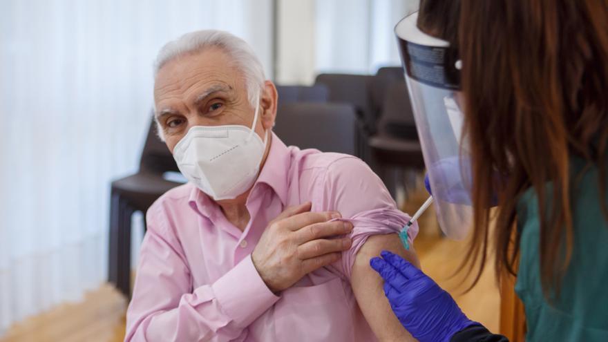 Navarra empieza a administrar la segunda dosis de la vacuna en las residencias, que quedarán inmunizadas en febrero