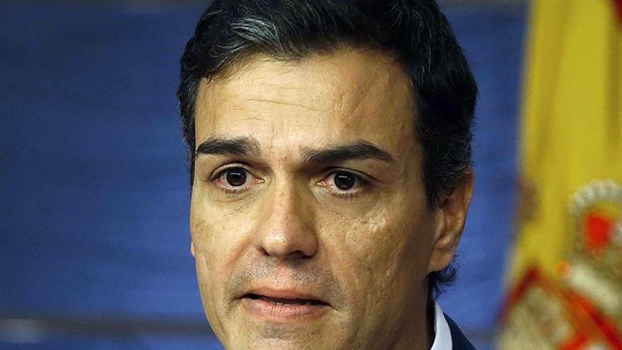 Pedro Sánchez se emociona durante la comparecencia en la que ha anunciado su renuncia al acta / EFE