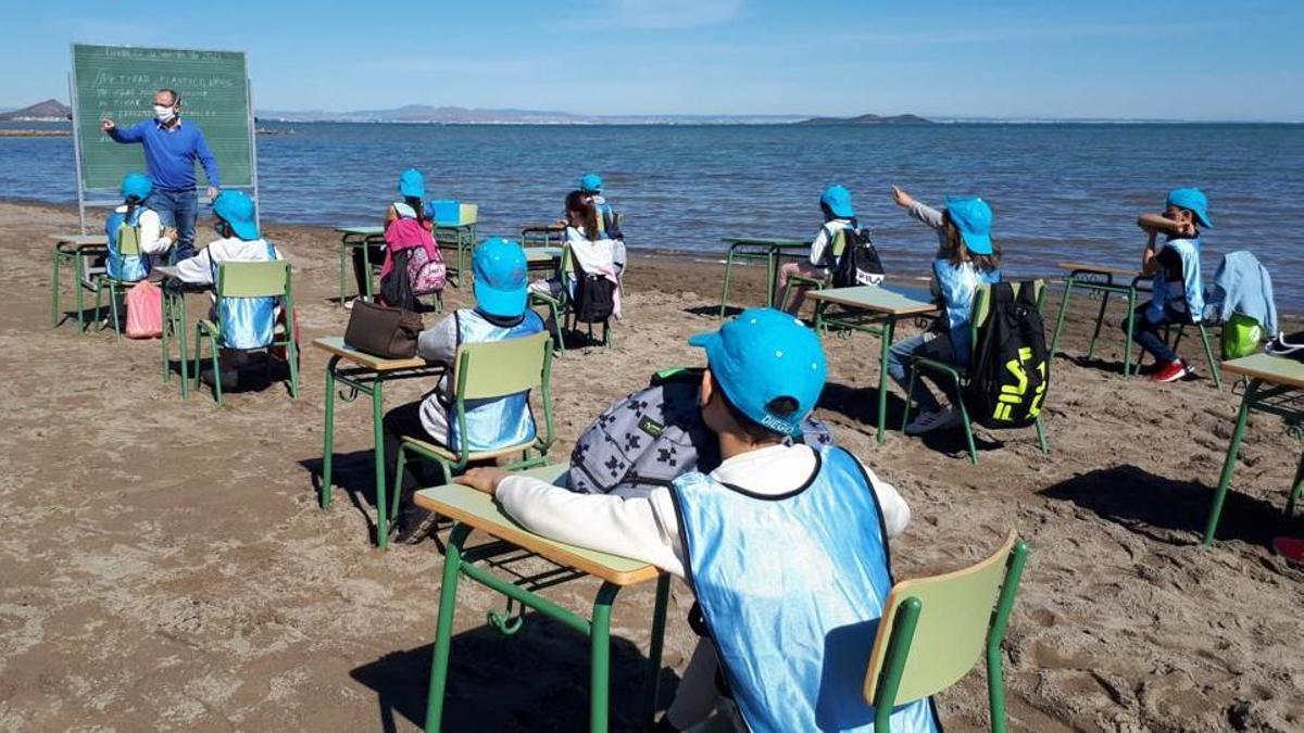 Clase en el Colegio Félix Rodríguez de la Fuente a pie de playa