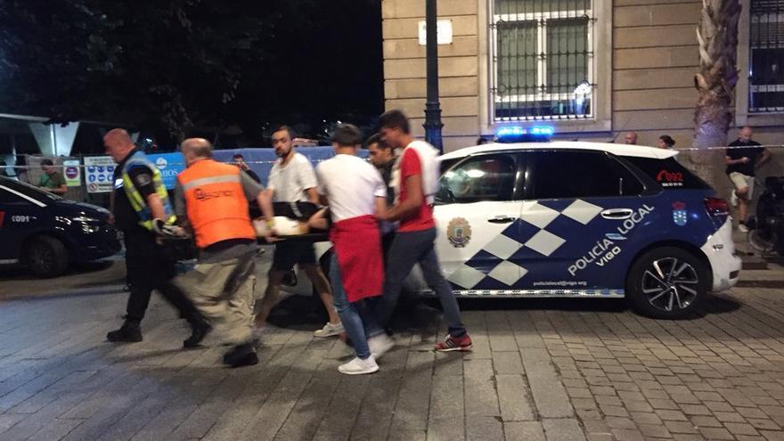 Efectivos de emergencias trasladan a una de las personas heridas en el desplome de O Marisquiño