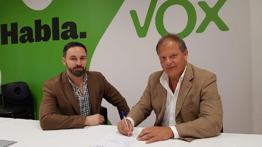 Santiago Abascal y Sigfrid Soria, el pasado sábado en el multitudinario mitin de Vox en Vistalegre, tras la afiliación en el partido del diputado canario