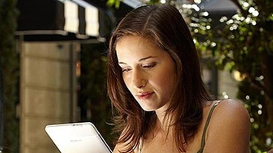 Una usuaria utilizando el libro electrónico ebook de Amazon Kindle
