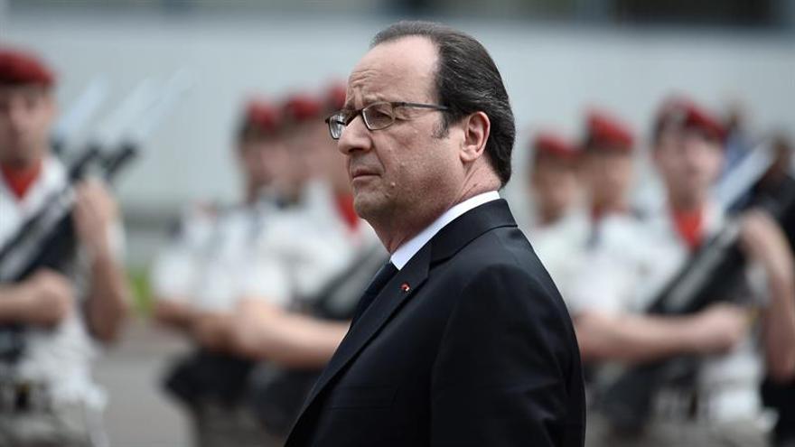 """El peluquero de Hollande gana 9.895 euros al mes, según """"Le Canard Enchaîné"""""""
