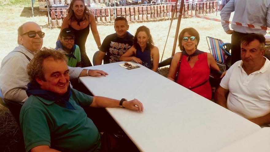 Oria alaba la carne de Tudanca en su visita el I Mercado alimentario de Santa Marina de Silió