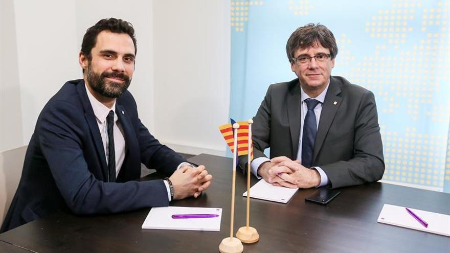 El presidente del Parlament, Roger Torrent, visitó a Puigdemont al inicio de la legislatura