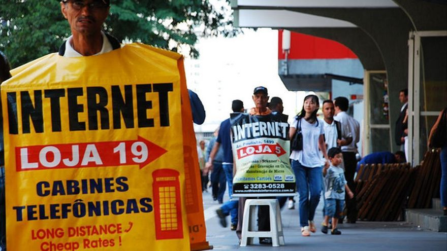En la calle, anuncian lugares donde poder conectarse a internet (Foto: cassimano | Flickr)