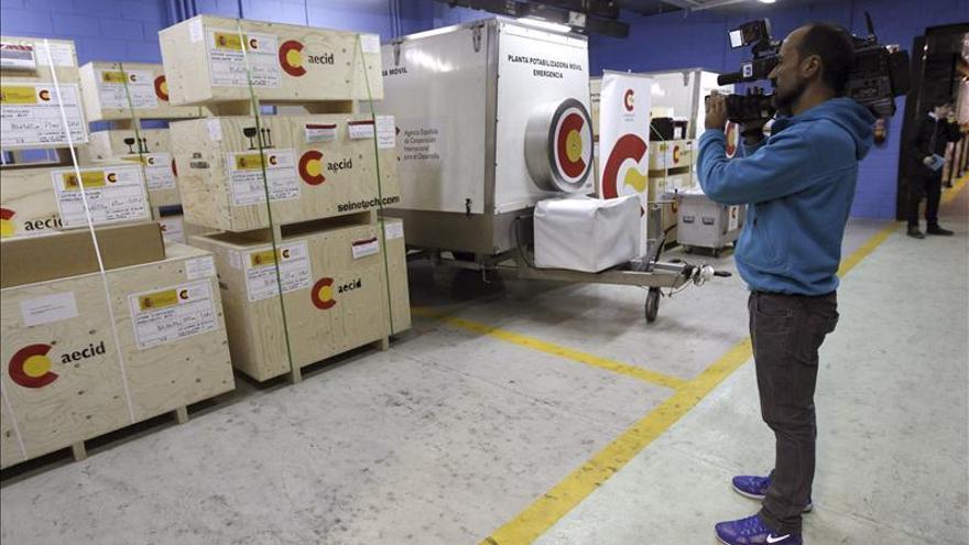 El primer avión español con ayuda humanitaria ya está en Filipinas