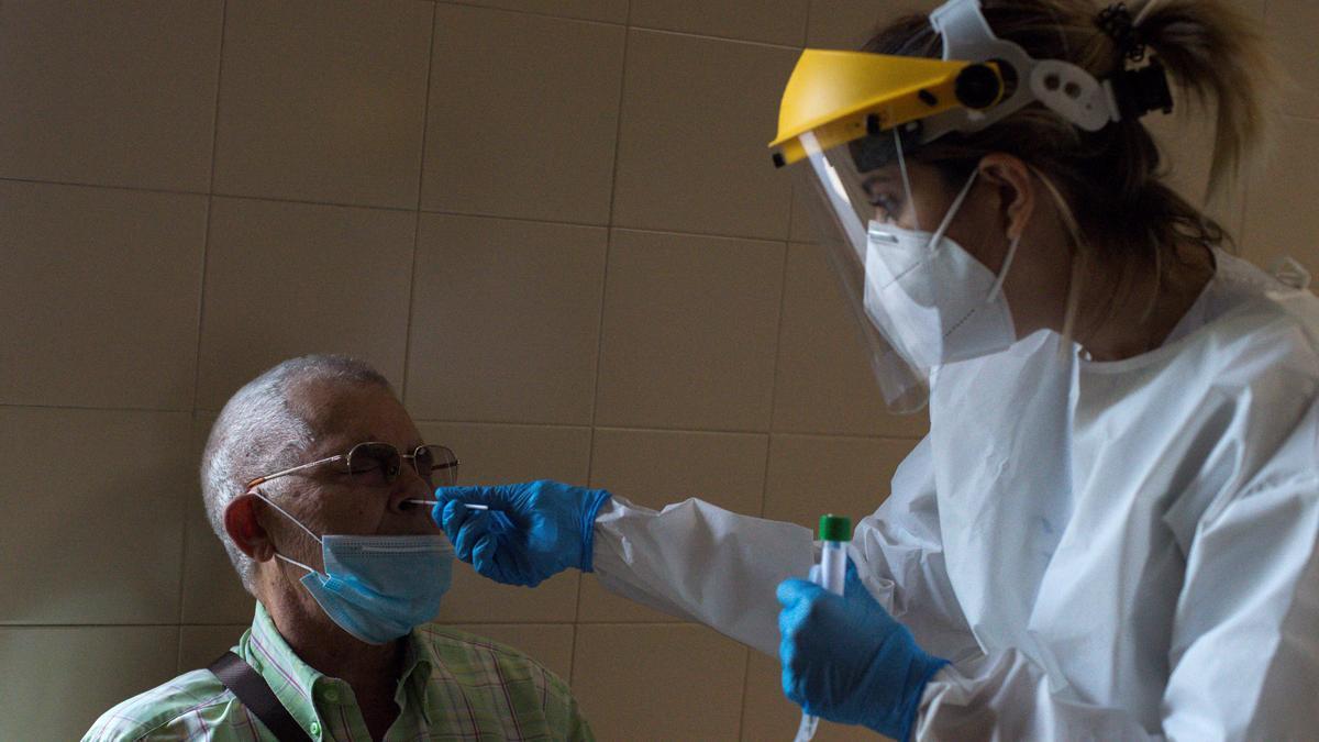 Una enfermera realiza de una prueba PCR en un Complejo Hospitalario Universitario. EFE/Brais Lorenzo/Archivo