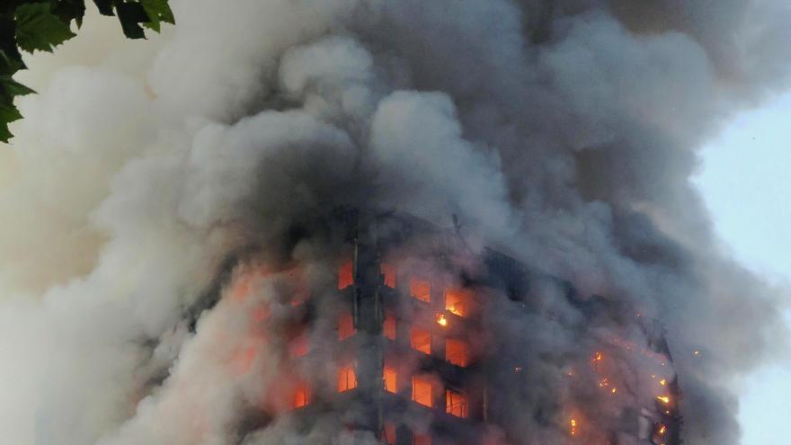 La torre de viviendas Grenfell de Londres ardiendo el 14 de junio de 2017