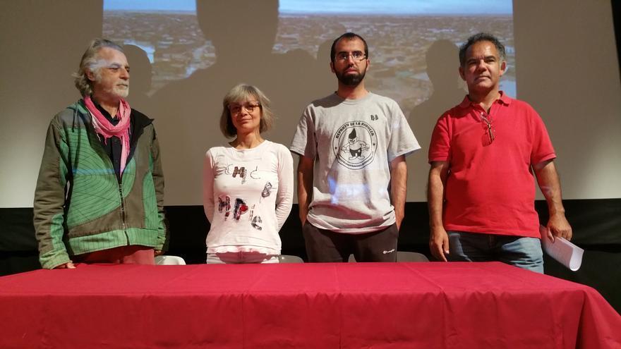 En la imagen, miembros de la Plataforma de Desempleados de La Palma este jueves. Foto: LUZ RODRÍGUEZ.