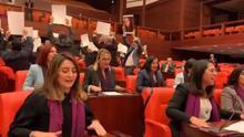 Diputadas turcas cantan 'el violador eres tú' en el Parlamento.