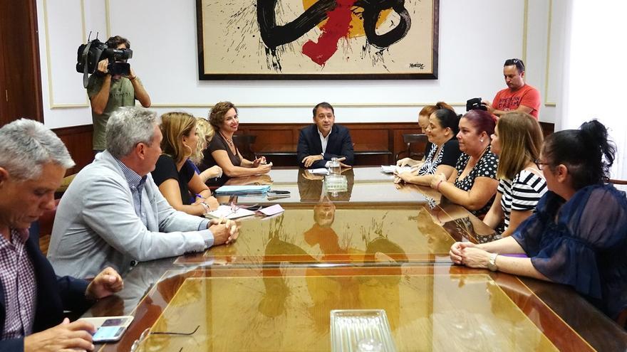 Imagen de la reunión celebrada este viernes con una representación de los vecinos de Añaza