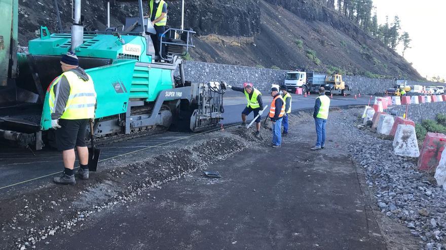 Trabajos de asfaltado en el tramo de Los Canarios.