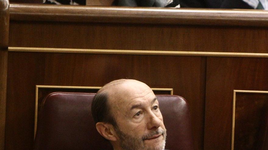 """Rubalcaba critica la """"soledad arrogante"""" de Rajoy y que niegue un rescate que reconoce en prensa extranjera"""