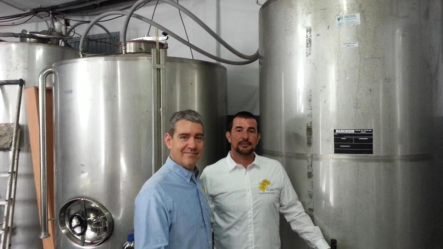 Carlos Guevara y Cristian Ramos en las bodegas de Platé en El Sauzal, en Tenerife.