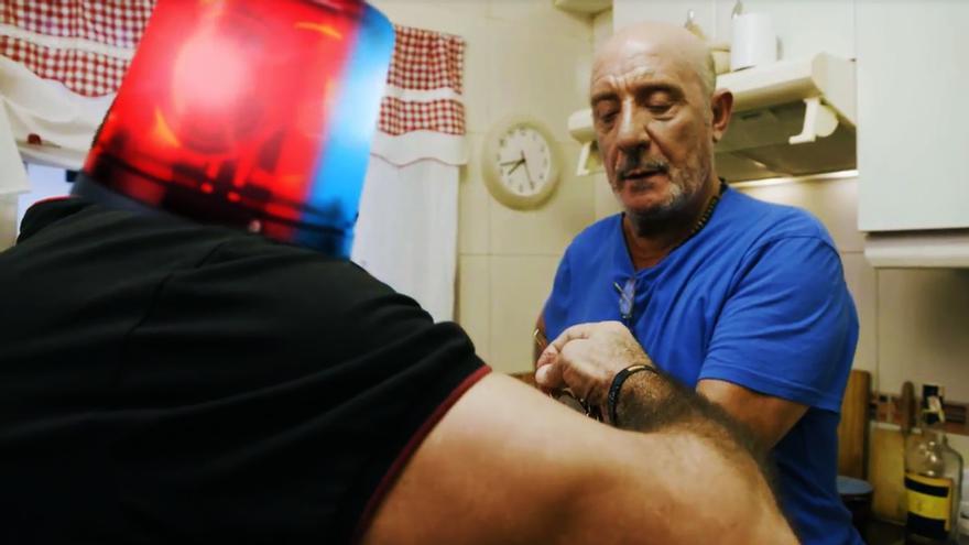Un policía ayuda al Dioni