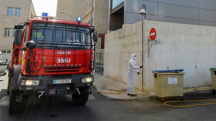 La Unidad Militar de Emergencias (UME) realiza labores de desinfección preventiva en el Centro Sociosanitario El Pino en Las palmas de Gran Canaria.