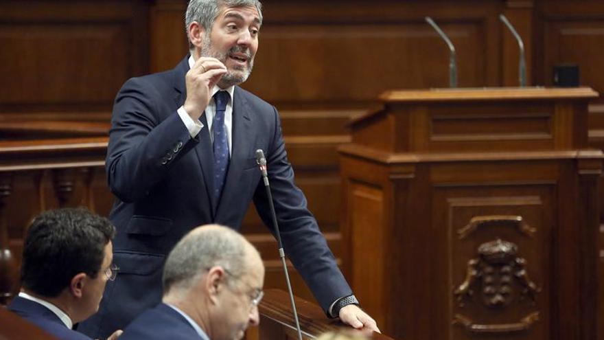 El presidente de Canarias, Fernando Clavijo, durante una de sus intervenciones en el Parlamento. EFE/ Cristóbal García